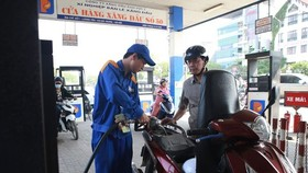 A man buys fuel at a petrol station in Hanoi. (Photo: VNA)