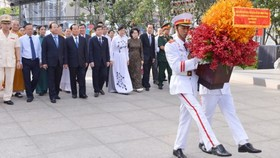 Ho Chi Minh City's leaders on offere flowers to pay tribute late President Ho Chi Minh. (Photo: Sggp)
