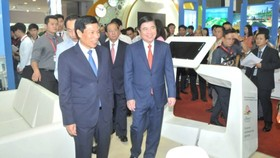 Chairman of the Ho Chi Minh City People's Committee Nguyen Thanh Phong visit the international travel expo. (Photo: Sggp)