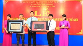 The National Archives Center No.4 presents the woodblock about Great Poet Nguyen Du to Ha Tinh Province. (Photo: Sggp)