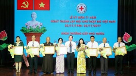 HCMC Red Cross Society honors 71 exemplary people in charity activities in 2017. (Photo: Sggp)