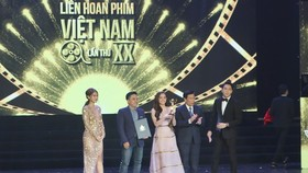 "The film Em chua 18 (I'm not 18 yet - Jailbait) receives ""Golden Lotus Award""."