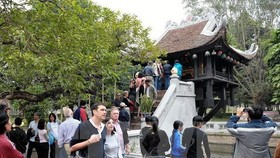 Foreign tourists visit One-pillar Pagoda, a well-known attraction in Hanoi (Photo: VNA)
