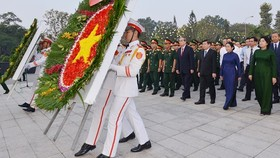 Ho Chi Minh City leaders lay wreaths at the City's Martyrs Cemetery. (Photo: Sggp)