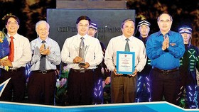 Secretary of the Ho Chi Minh City Party Committee Nguyen Thien Nhan presents Ho Hao Hon Prize to the Center for Science and Technology Development for Youth in HCM City. (Photo: Sggp)