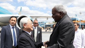 Esteban Lazo Hernandez (R), Politburo member and President of Cuba's National Assembly, welcomes CPV General Secretary Nguyen Phu Trong at Jose Marti International Airport (Photo: VNA)