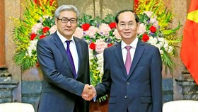 President Tran Dai Quang (R) shakes hands with Amarjargal Gansukh, Secretary of the National Security Council of Mongolia (Photo: VNA)