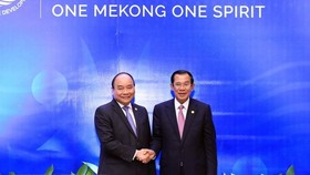 PM Nguyen Xuan Phuc (left) meets with his Cambodian counterpart Samdech Techno Hun Sen on the sidelines of the third Mekong River Commission Summit in Siam Reap on April 4. (Photo: VNA)