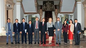 HCM City and IFC officials pose for a photo (Photo: VNA)