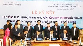 The HCMC People's Committee and Lotte Group signed a contract to develop a smart complex at functional area 2a in Thu Thiem new urban area, District 2, HCMC at the total cost of VND20,100 billion (US$884 million) in 2017. (Photo: Sggp)