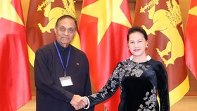 Chairwoman of the Vietnamese National Assembly Nguyen Thi Kim Ngan (R) and Speaker of the Sri Lankan Parliament Karu Jayasuriya (Photo: VNA)