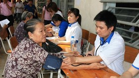 Young doctors provide free health check-ups to elderly. (Photo: Sggp)