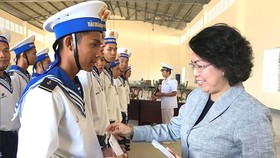 Chairwoman of Vietnam Fatherland Front Committee in Ho Chi Minh City To Thi Bich Chau offers gifts to new soldiers of Brigade's 146 battalion 862 - Navy Region 4. (Photo: Sggp)