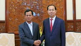 President Tran Dai Quang (R) receives Lao Deputy Minister of Public Security Kongthong Phongvichit (Photo: VNA)