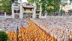 Thousands of people attend a ceremony celebrating Buddha's 2,562nd birthday in HCMC. (Photo: Sggp)