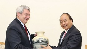 Prime Minister Nguyen Xuan Phuc (R) and Vice Chairman of the Chamber of Deputies of the Parliament of the Czech Republic Vojtech Filip (Source: VNA)