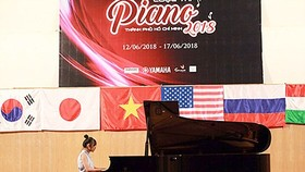 A contestant is playing piano in the contest. (Photo: Sggp)