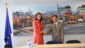 Vietnamese Minister of Industry and Trade Tran Tuan Anh (R) shakes hands with EU Commissioner for Trade Cecilia Malmstrom (Photo: VNA)