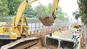 Installing water drainage system in district 11 (Photo: Sggp)