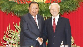 General Secretary of the Lao People's Revolutionary Party (LPRP) and President of Laos Bounnhang Vorachith shakes hands with General Secretary of the Communist Party of Vietnam (CPV) Nguyen Phu Trong. (Photo: VNA)