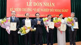 Head of the Party Central Commission for External Relations Hoang Binh Quan presents Medals for the Party's External Relations to leaders of Ho Chi Minh City. (Photo: Sggp)