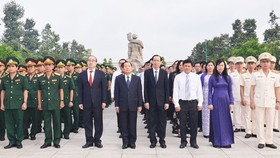 Ho Chi Minh City leaders visit the city's Martyrs Cemetery. (Photo: Sggp)