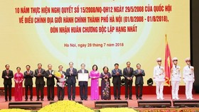 President Tran Dai Quang presents a first-class Independence Order to the Party Organisation, administration and people of Hanoi (Source: VNA)
