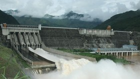 Son La Hydropower Plant, the largest hydropower plant in Việt Nam and Southeast Asia, will have to open its floodgates to discharge water to ensure safety if necessary (Photo: VNA)