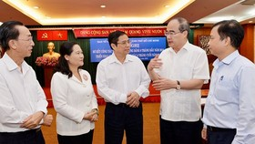 Head of the Party Central Committee's Organization Commission Pham Minh Chinh (c )and Secretary of the HCM City Party Committee Nguyen Thien Nhan at the conference (2nd, R) (Photo: Sggp)