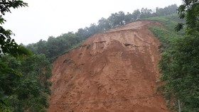 A large crack appeared on a hill in the northern province of Yen Bai after prolonged rain.(Photo: VNA)
