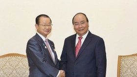 Prime Minister Nguyen Xuan Phuc (R) receives Kawamura Takeo, Chairperson of the Japanese House of Representatives' Committee on Budget (Photo: VNA)