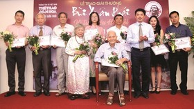 Retired history teacher Nguyen Ba Dam receives the Grand Prize at the 11th Bui Xuan Phai Award-Love for Hanoi.  (Photo: Sggp)
