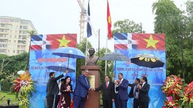 The inaugural ceremony of the statue of Professor Juan Bosch is held at Hoa Binh Park in Hanoi. (Photo: Sggp)