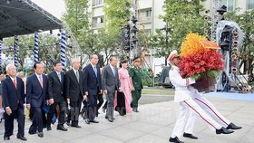 The delegation offer flowers to President Ho Chi Minh at his statue at Ho Chi Minh Statue Park in front of the City Hall. (Photo: Sggp)