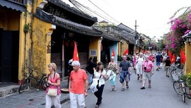 Visitors to Hoi An city (Photo: VNA)