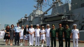 Vietnamese and New Zealand officers take a photo at Sai Gon port (Source: VNA)