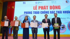 Officials show commitments at the launch of the national campaign to combat plastic pollution on October 12 (Photo: VNA)