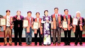 National Assembly (NA) Chairwoman, Nguyen Thi Kim Ngan presents awards to outstanding farmers. (Photo: Sggp)
