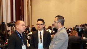 Participants discuss on the sidelines of the conference (Photo: VNA)