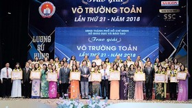 Outstanding teachers receive Vo Truong Toan Awards. (Photo: Sggp)