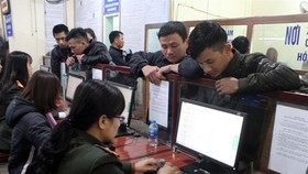 Vietnamese workers in Nghe An province flock to immigration offices to get the necessary authentication to return to work in their host countries after the 2018 Tet (Lunar New Year) holiday (Photo: VNA)