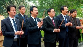 Deputy Prime Minister Vuong Dinh Hue ( C)  offers incense and flowers at the Great Luminary Nguyen Cong Tru temple in Ha Tinh province. (Photo: Sggp)