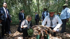 Chủ tịch Hội đồng Nhà nước và Hội đồng Bộ trưởng Cuba tham quan địa đạo Củ Chi