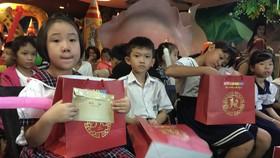 Ngoài được vui chơi, con công nhân còn được nhận học bổng và những phần quà ý nghĩa