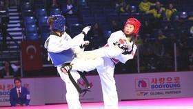 Võ sĩ Hồ Thị Kim Ngân (phải) ngậm ngùi dừng bước ở tứ kết hạng cân 49kg nữ.