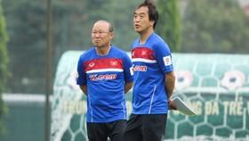 """HLV Park Hang-seo luôn ví von trợ lý Lee Young-jin (phải) chính là """"khối óc"""" của mình."""