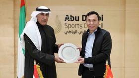 Ông Mohammed Khalfan Al Romaithi (trái) hứa hẹn sẽ hỗ trợ nguồn kinh phí lớn cho các quốc gia phát triển bóng đá.