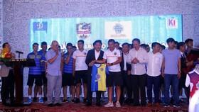 HLV Hoàng Phúc trao tặng áo thi đấu cho nhà tài trợ Berjaya. Ảnh: Anh Trần