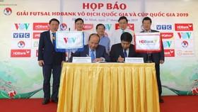 Lãnh đạo VOV và nhà tài trợ HDBank ký hợp đồng tại buổi họp. Ảnh: DŨNG PHƯƠNG