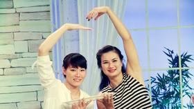 """Ngọc Hoa và Kim Huệ trong chương trình """"Bữa trưa vui vẻ"""" của VTV."""